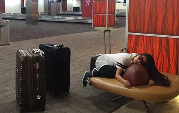 Do nhắn sai giờ cho người nhà đến đón nên cặp đôi phải chờ đợi khá lâu ở sân bay. Ngọc Lan ngủ gục trên túi hành lý.