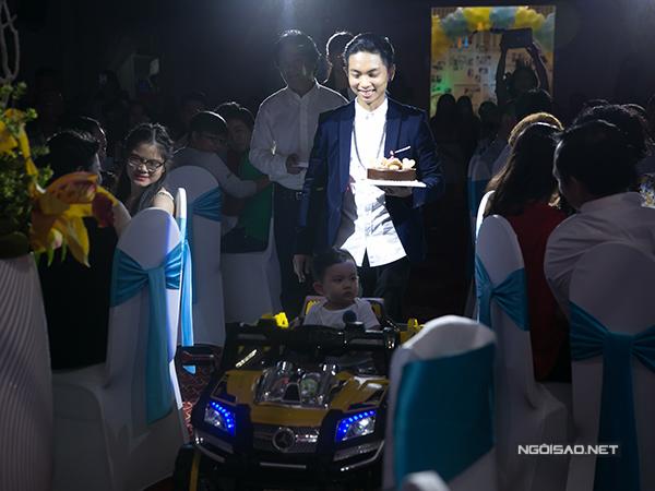 Buổi lễ bắt đầu bằng khoảnh khắc Kubi được đưa vào khán phòng bằng xe ô tô điều khiển từ xa. Phan Hiển đi sau lưng con, tay cầm bánh kem.