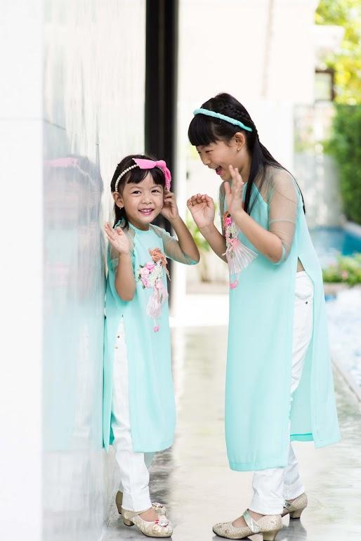 Không như nhiều gia đình nghệ sĩ khá ngại để con mình xuất hiện trước công chúng, gia đình nghệ sĩ Bình Minh rất thoải mái khi thường xuyên dẫn hai cô công chúa đi các sự kiện. Vì vậy, hai bé rất tự tin trước ống kính.