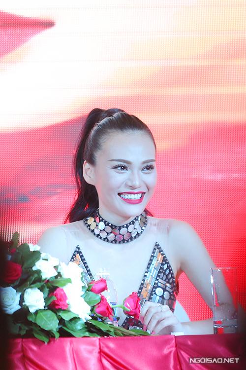 Cao Thùy Linh chia sẻ, ca hát là ước mơ lớn nhất đời cô. Trước khi ra mắt với vai trò ca sĩ, Cao Thùy Linh dành 2 năm học thanh nhạc, vũ đạo. Tôi mong khán giả không nhìn mình như một người đẹp hát mà là ca sĩ thực thụ, cô nói.