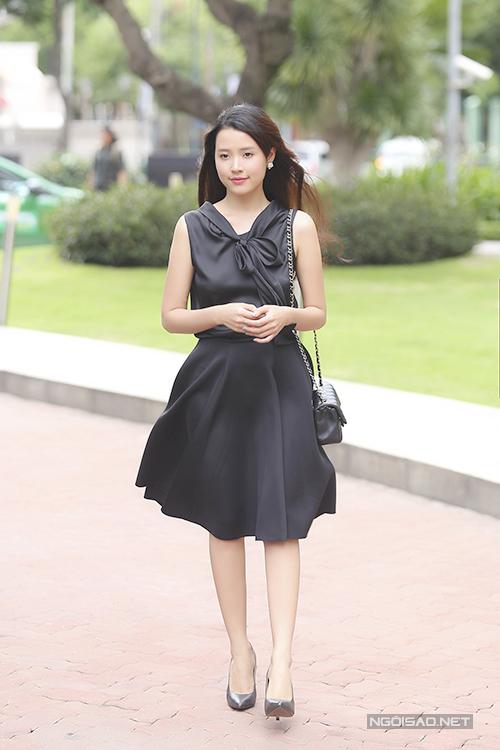 Midu xinh tươi sải bước với trang phục do chính cô thiết kế. Nữ diễn viên từng đỗ Á khoa ngành Thiết kế thời trang của Đại học Kiến trúc.