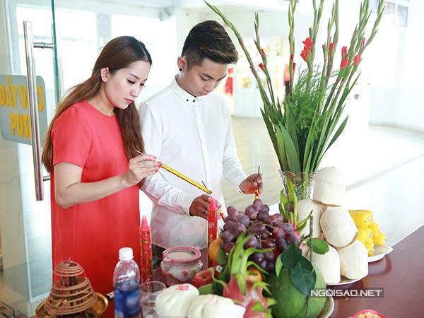 Khánh Thi và Phan Hiển bày biện mâm cúng khai trương năm mới ở câu lạc bộ khiêu vũ.