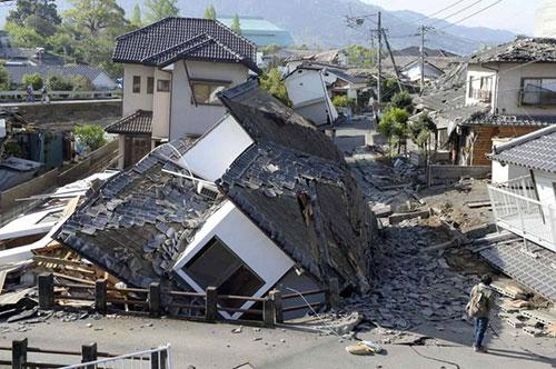 Nhiều căn nhà, tuyến đường bị phá hủy.