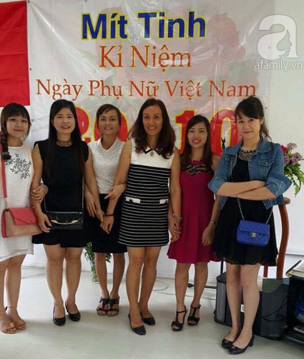 Cô chủ nhỏ xinh đẹp chụp ảnh cùng những phụ nữ người Việt khác đang sống và làm việc tại Angola.