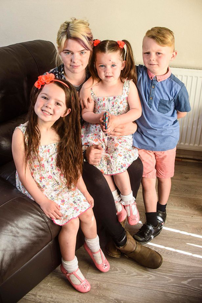 Lilli-Mai bên mẹ Beckie, anh trai và em gái. Ảnh: Mercury Press