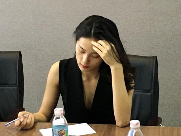 Cô thư ký xinh đẹp của doanh nhân Quốc Cường có mặt trong tất cả các cuộc đàm phán với đối tác. Ảnh: Dương Cầm