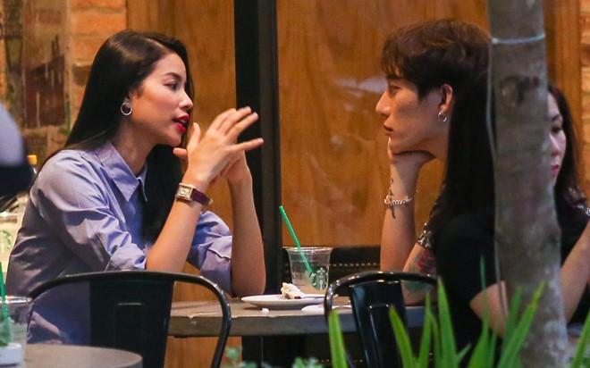 Tại đây, Phạm Hương trò chuyện khá say mê cùng nhạc sĩ Châu Đăng Khoa.