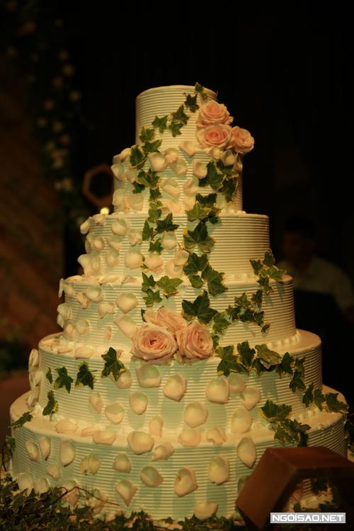Bánh cưới của Kỳ Hân cũng điểm xuyết hoa hồng tươi và những chiếc lá nhìn rất đẹp mắt.