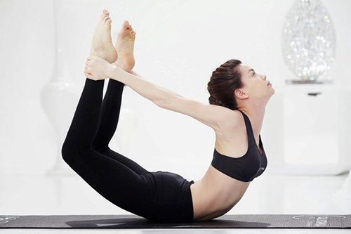 Hà Hồ thể hiện tư thế cánh cung tuyệt đẹp. Cô từng phát hành DVD hướng dẫn những động tác yoga cho những ai không có thời gian đến phòng tập có thể tự luyện tập tại nhà.