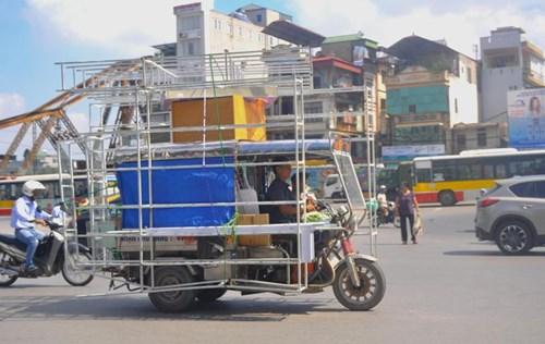 Xe ba bánh chất hàng hoá là khung kim loại với nhiều điểm sắc cạnh tấp nập qua lại tuyến Hàng Khoai - Trần Quang Khải.