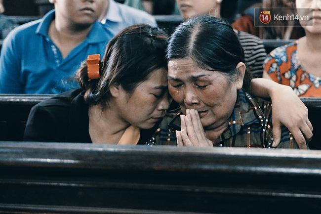 Người mẹ chắp tay cầu nguyện cho con trai thoát án tử.