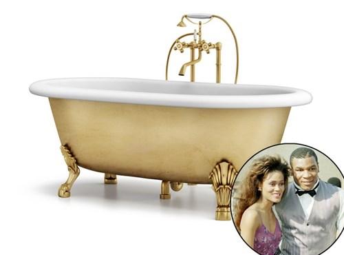 Mike Tyson tặng người vợ đầu - Robin Givens - chiếc bồn tắm mạ vàng trị giá hai triệu USD.