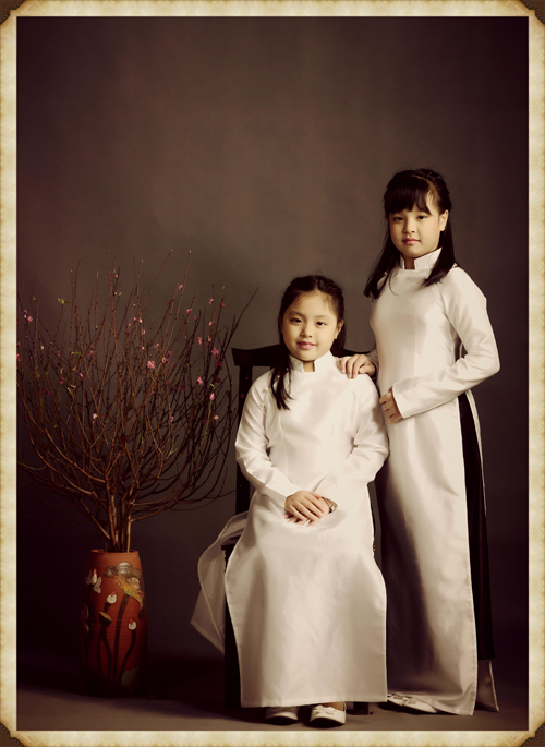 Suli và Suti đều đã lớn và ra dáng thiếu nữ khi diện áo dài theo phong cách của người Hà thành cũ.