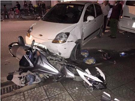 Ô tô vượt ẩu đâm nát xe chở 2 thiếu nữ