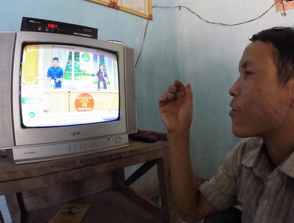 Anh Lang thích thú và không khỏi kinh ngạc khi nhìn thấy chiếc tivi lần đầu tiên. Ảnh: Docastaway