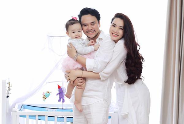 Vợ chồng Trang Nhung rất hạnh phúc vì sinh được nàng công chúa đáng yêu như thiên thần.