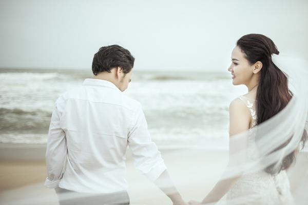 Vợ chồng Trang Nhung chọn vùng biển Long Hải của tỉnh Bà Rịa - Vũng Tàu để ghi lại những khoảnh khắc tình yêu ngọt ngào.
