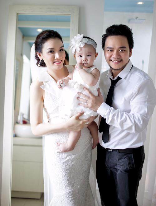 Bé Vani được bố mẹ đưađi chụp ảnh cưới cùng. Cả gia đình diện trang phục ton-sur-ton trắng, rạng ngời hạnh phúc bên nhau.