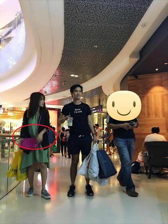 Khi đi mua sắm cùng bạn bè, Tú Vi có dáng dấp rất giống phụ nữ đang mang thai.