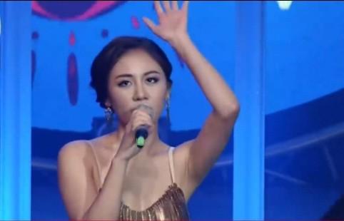 Văn Mai Hương gặp sự cố trong chương trình khi trình diễn bài hátMona Lisa.