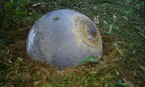 Vật thể lạ rơi xuống ruộng trồng ngô của gia đình ông Quan Văn Học ở Tuyên Quang.