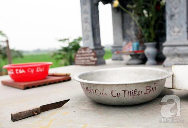 2 chiếc chậu rửa mặt đặt trên mộ.