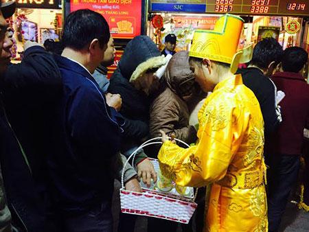 Nhiều người không kịp ăn sáng nên nhân viên của cửa hàng vàng phải đi phát nước uống, bánh kẹo cho người dân ăn tạm.