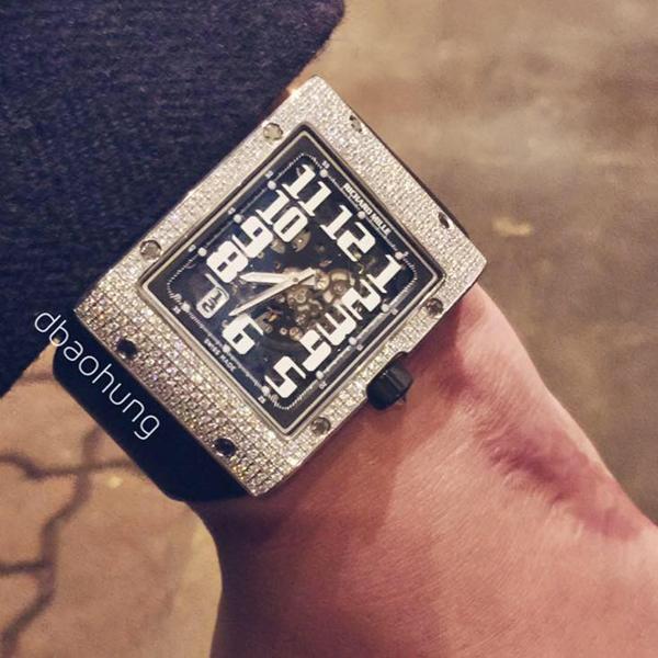 Một mẫu Richard Mille khác của Bảo Hưng dòng RM 016 WG full set. Mẫu đồng hồ này được viền vàng trắng đính kim cương và được bán với giá 154.000 bảng Anh (khoảng 4,8 tỷ đồng) trên thewatchquote.