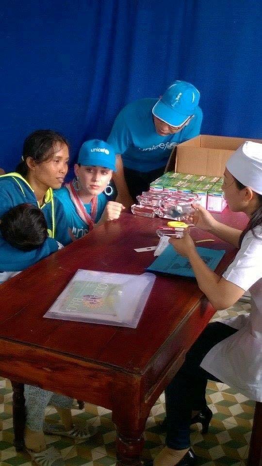 Cô tỏ ra rất thân thiện với các em nhỏ và phụ huynh có mặt qua những lời hỏi thăm và cử chỉ ân cần.