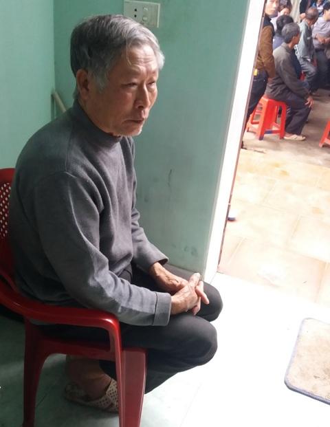 Ông Phạm Văn Duyên lặng người trước đám tang của con trai. Ảnh Nhật Minh.