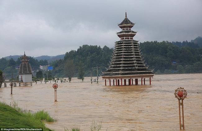 Theo truyền thông Trung Quốc, mưa lớn suốt hai tuần qua đã gây lũ lụt nghiêm trọng trên sông Trường Giang (Trung Quốc), khiến ít nhất 200 người thiệt mạng hoặc mất tích.
