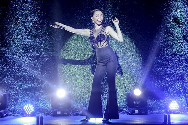 Tại buổi khai trương hôm qua, Tóc Tiên trình bày hai ca khúc Ngày mai và Big girls dont cry. Trong đó, Ngày mai với vũ điệu cồng chiêng từng gây sốt suốt năm 2015.