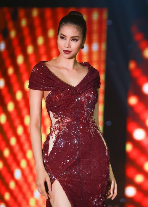 Xuất thân là một người mẫu, Phạm Hương luôn biết cách làm mình tỏa sáng, dù sự kiện có sự xuất hiện của nhiều mỹ nhân.