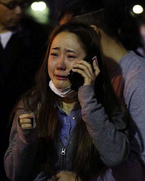 Một người phụ nữ khóc nức nở vì sợ hãi sau động đất.