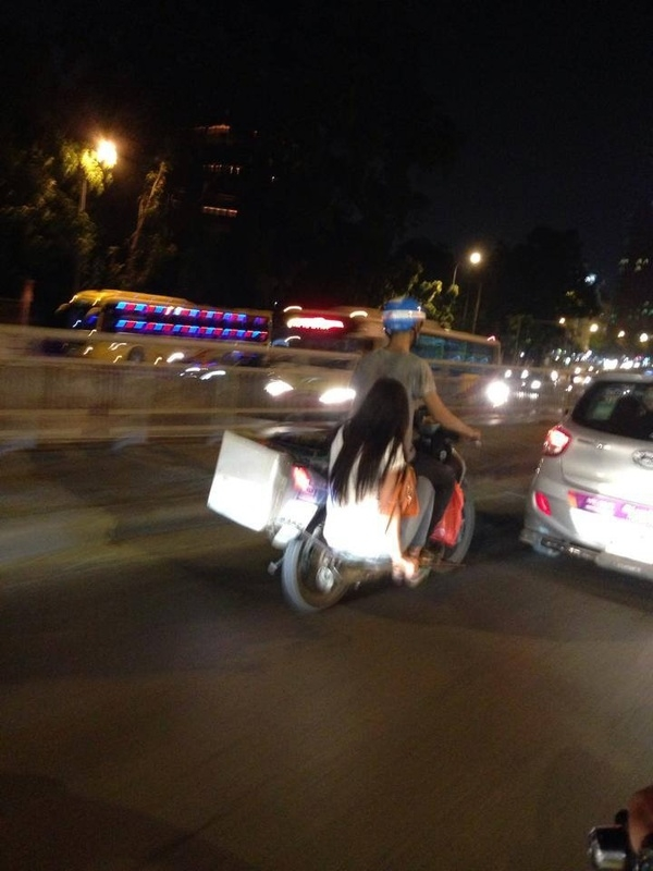 Người đi đường không khỏi giật thon thót khi nhìn thấy cảnh tượng này. (Ảnh: Hải Linh Nguyễn)