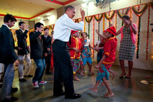 Giây phút ngẫu hứng của Tổng thống Obama khi ông biểu diễn một động tác trong môn võ thuật cổ truyền của Hàn Quốc Taekwondo. Ông được Tổng thống Lee Myung-bak tặng cho một bộ trang phục võ thuật làm quà lưu niệm năm 2009.
