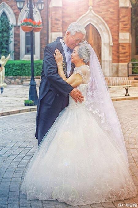 Hai ông bà cũng không quên chụp ảnh trong trang phục hiện đại của cô dâu, chú rể với áo vest lịch lãm và váy cưới trắng tinh. Ông Zhang tiết lộ ông dự định sẽ tổ chức một đám cưới như mơ tặng vợ.