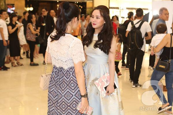 Tại đây cô bất ngờ hội ngộ Vy Oanh đang tham gia 1 sự kiện khác.