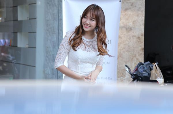 Hari Won năm nay 31 tuổi, vẫn rất trẻ trung, xinh đẹp. Cô hơn Trấn Thành 2 tuổi. Cặp đôi vừa tham gia chung phim điện ảnh Bệnh viện ma. Nhiều người nghi ngờ mối quan hệ của Hari và Trấn Thành chủ yếu để PR cho phim này.