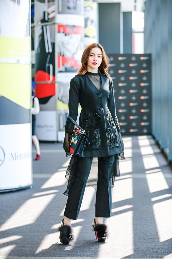 Ngay sau khi tái xuất, Hà Hồ lại khiến nhiều người mắt tròn mắt dẹt khi tham dự Tuần lễ thời trang Tokyo 2016 với trang phục đẳng cấp.