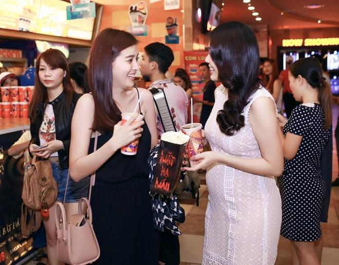 Dương Cẩm Lynh bất ngờ khi gặp bạn thân - diễn viên Cao Thái Hà cũng đi xem phim.