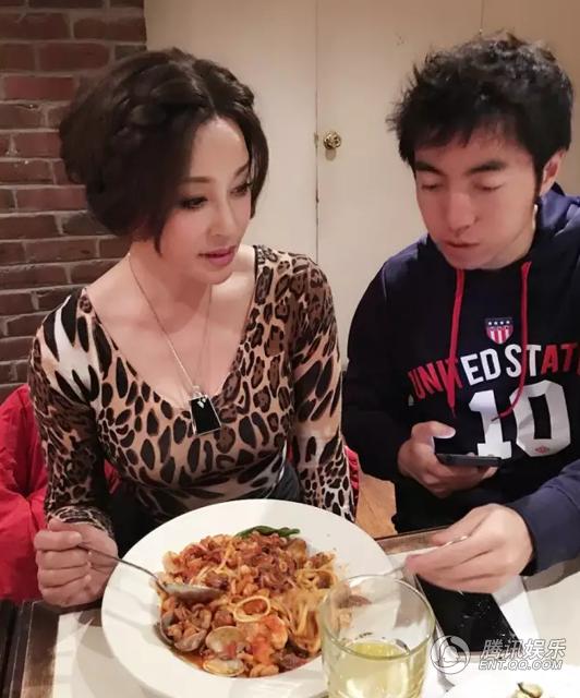 Lưu Hiểu Khánh chụp ảnh cùng cháu trai kém bà tới hơn 30 tuổi. Năm 2013, Lưu Hiểu Khánh bất ngờ kết hôn với một doanh nhân người Trung Quốc những lập nghiệp và sống chủ yếu tại Mỹ. Trước đó, bà từng có ba đời chồng.