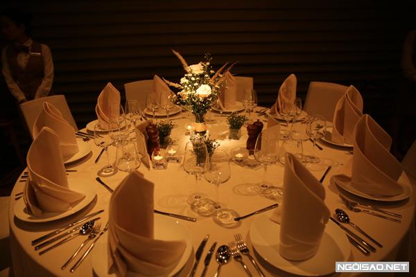 Mỗi bàn tiệc trang trí nến lung linh và hoa tươi.