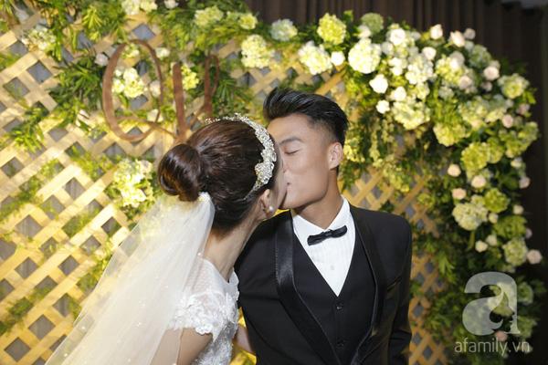Cặp đôi này liên tục trao nhau những nụ hôn ngọt ngào trước ống kính máy ảnh.