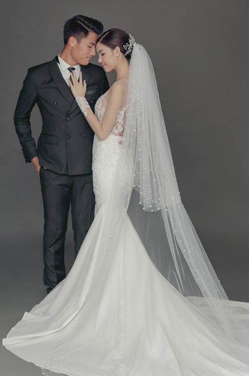 Hình ảnh của Kỳ Hân chuyển từ xinh xắn đắng yêu với váy cưới hai dây đến nét sang trọng và quyến rũ cùng váy đuôi cá kết hợp vải hoa ren xuyên thấu.