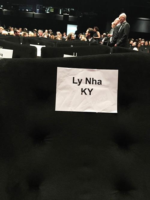 Tên của Lý Nhã Kỳ được dán trên hàng ghế VIP ở phòng chiếu phim.