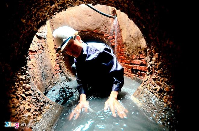 Ban đầu công nhân dùng găng tay bảo hộ nhưng do bất tiện nên họ để tay không, chân trần xuống nước dọn. Điều này cũng khiến các công nhân dễ gặp rủi ro, thương tích do các loại rác thải sắc nhọn, độc hại gây ra.