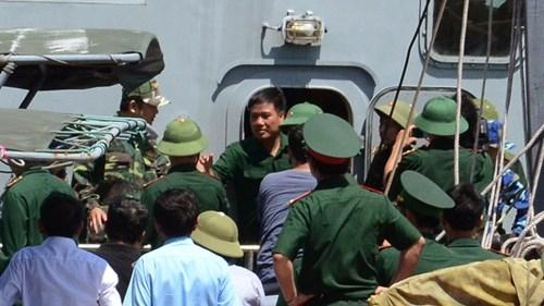Phi công Nguyễn Hữu Cường (ở giữa, không đội mũ) khỏe mạnh trở về.