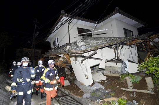 Vài hình ảnh về vụ động đất ở Nhật Bản xảy ra lúc 21 giờ 30 phút tối 14-4. Ảnh: REUTERS