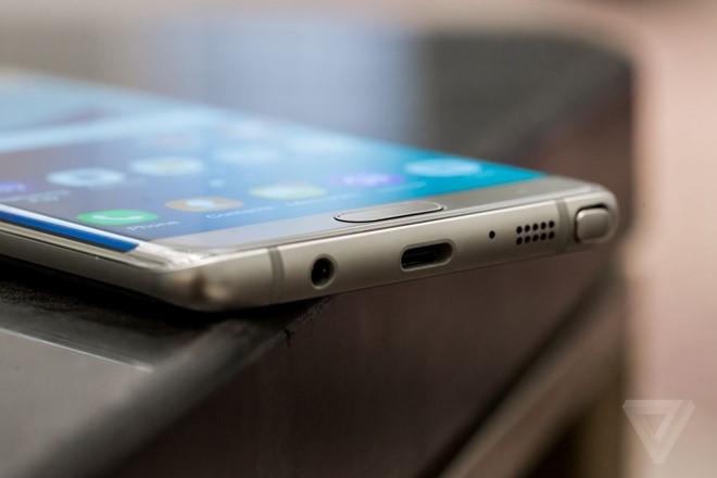 Galaxy Note7 là smartphone đầu tiên của Samsung được trang bị cổng kết nối USB Type-C. Ảnh: Theverge.